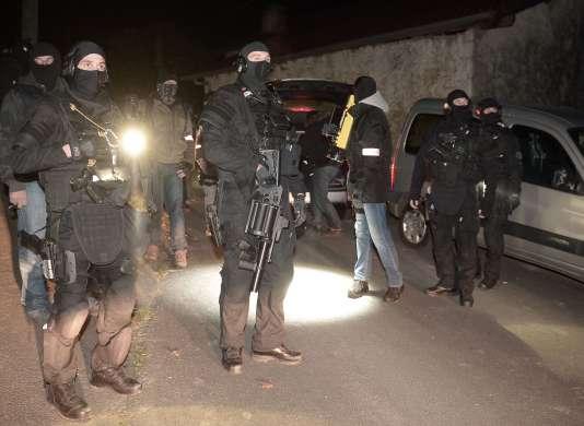 Des agents du RAID et de la police judiciaire lors de l'opération contre ETA àLouhossoa, dans la nuit du 16 décembre.