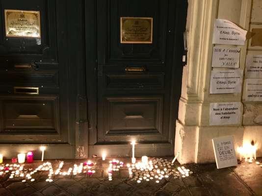 Les bougies et pancartes déposées devant l'ambassade de Syrie, à Paris, le 15décembre.