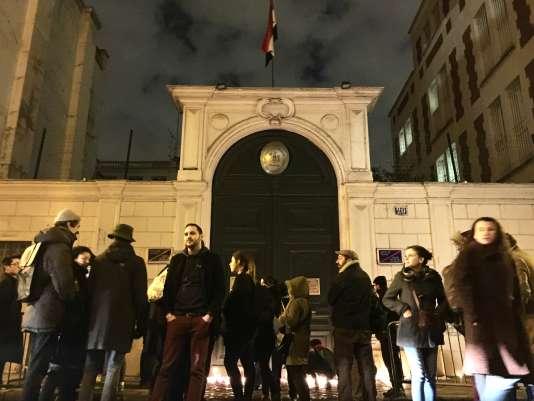 Un groupe de manifestants devant l'ambassade de Syrie, à Paris, le 15 décembre.