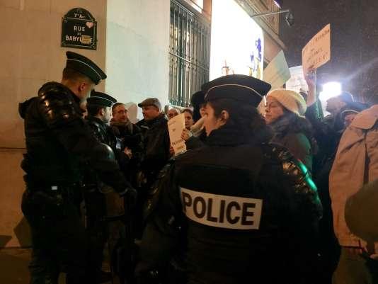 La police laissait passer les manifestants par groupe de 30 pour se rendre à l'ambassade syrienne, le 15 décembre, à Paris.