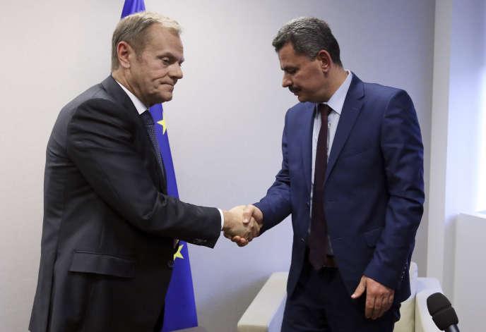 Le président du Conseil européen, Donald Tusk, et le maire d'Alep-Est, Brita Hagi Hasan, à Bruxelles, le 15 décembre.