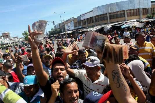 Devant la banque centrale vénézuélienne, le 16 décembre, à Maracaibo.