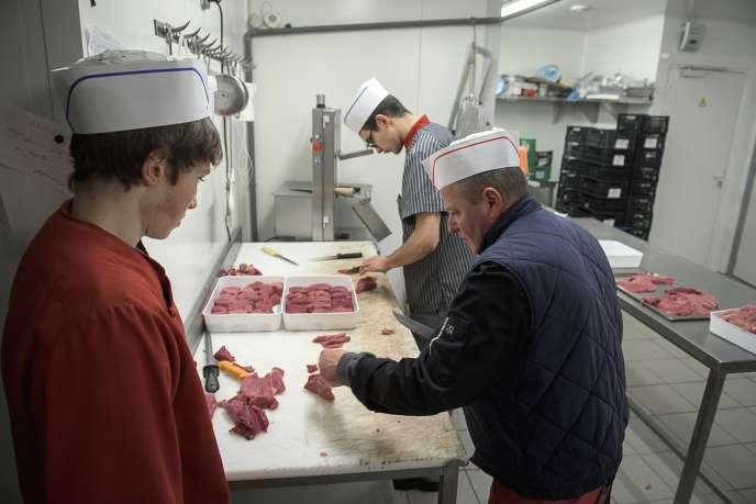 Un apprenti observe les gestes aiguisés de bouchers à l'Atelier Viand'ART à Gueret (Creuse).