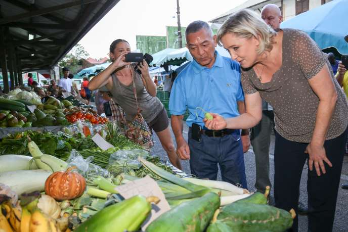 Marine Le Pen, sur un marché de Cayenne (Guyane), le 16décembre.