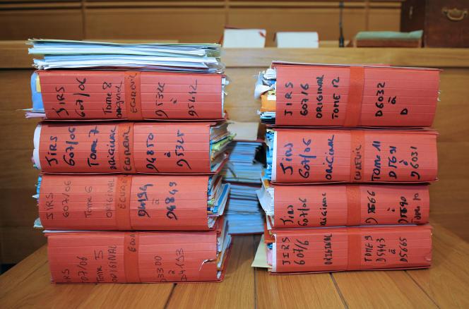 Des dossiers d'instruction sont posés sur une table de la salle d'audience de la cour d'assises des Bouches-du-Rhône, à Aix-en-Provence, le 31 mars 2011.