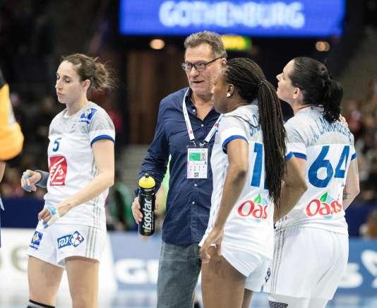 Le sélectionneur Olivier Krumbholz auprès de ses joueuses après leur défaite face à la Norvège, le 16 décembre, lors de l'Euro de handball.
