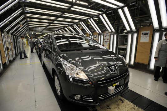 Sur une chaîne de production de la Peugeot 5008 le 24 novembre 2009 à Sochaux-Montbéliard.