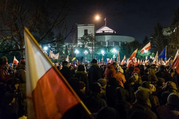 Rassemblement contre le gouvernement polonais, le 16 décembre, devant le Parlement à Varsovie.