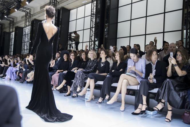 Audrey Azoulay, ministre de la culture et de la communication, au défilé Armani Privé, le 5 juillet. Preuve de l'importance de Paris, la maison italienne a choisi de montrer sa haute couture dans la capitale française.