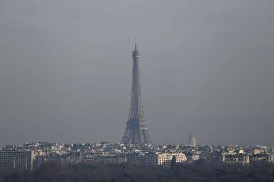 La tour Eiffel dans un nuage de pollution, vendredi 16 décembre à Paris.
