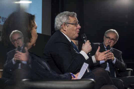 Jean Lemierre, président de BNP Paribas, était l'un des invités, avec Jean Pisani-Ferry et Brice Teinturier, du Club de l'économie« Le Monde» du jeudi 14 décembre. Il est entouré de Françoise Fressoz (de dos) et Vincent Giret, journalistes du « Monde».
