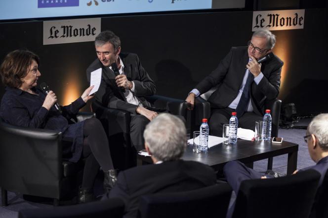 Le directeur général délégué de l'Institut Ipos Brice Teinturier (au centre, entouré de Françoise Fressoz et Vincent Giret, journalistes du « Monde») était l'un des invités, avec Jean Pisani-Ferry et Jean Lemierre, du Club de l'économie« Le Monde» du jeudi 15décembre.