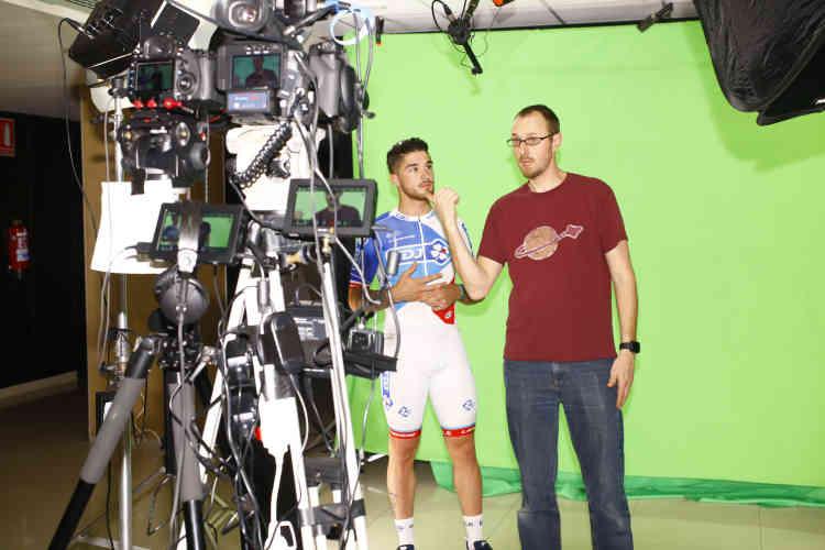 Le jeune sprinteur de la FDJ Marc Fournier écoute les consignes, en plein tournage.