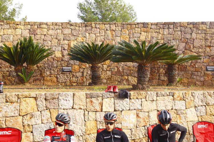 Les coureurs de la BMC, avant l'entraînement.