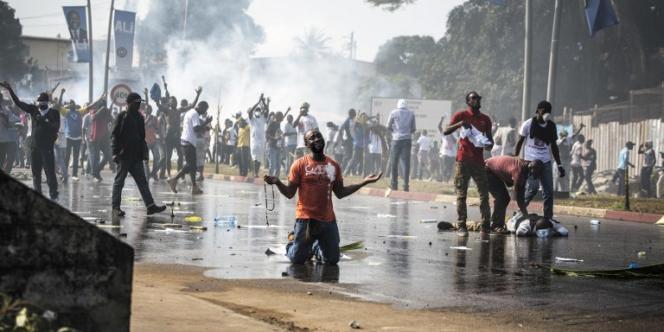 Des supporteurs du candidat perdant à la présidenteille gabonaise du 27 août 2016 contestent dans les rues de libreville la réélection d'Ali Bongo.