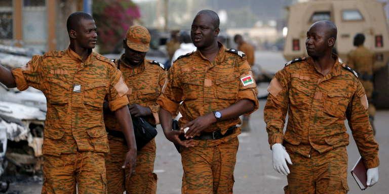 Des soldats burkinabés à Ouagadougou, le 17 janvier 2016.
