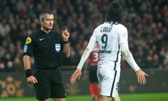 L'arbitre avertit Edinson Cavani lors du match du PSG face à Guingamp, le 17 décembre 2016.