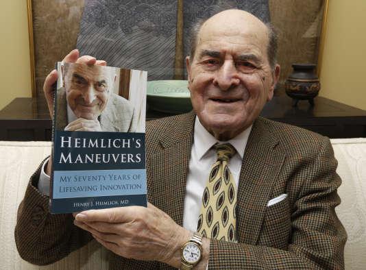 Henry Heimlich tenant ses mémoires, en 2014.