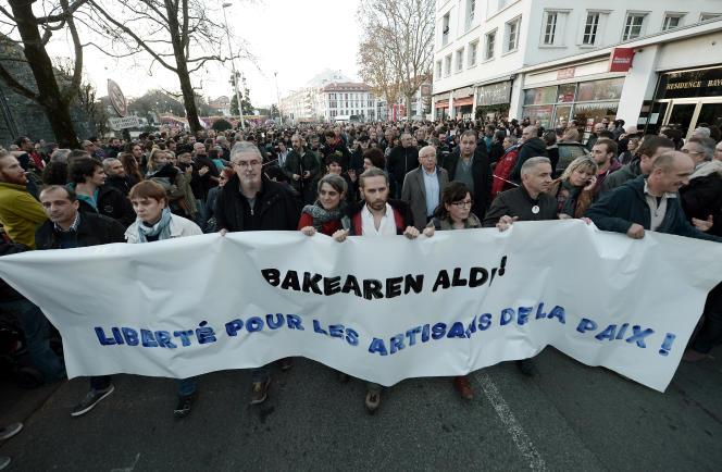 Une manifestation demandant la« liberté pour les artisans de la paix» s'est déroulée à Bayonne le 17 décembre, après l'arrestation de cinq personnes dans une opération anti-ETA dans les Pyrénées-Atlantiques.