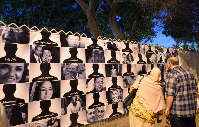 Les portraits des 66 victimes du crash du vol Egyptair, affichées dans le centre-ville du Caire, le 26 mai 2016.