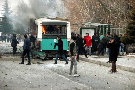 Un bus transportant des soldats a explosé à Kayseri, en Turquie, faisant 13 morts et 56 blessés.