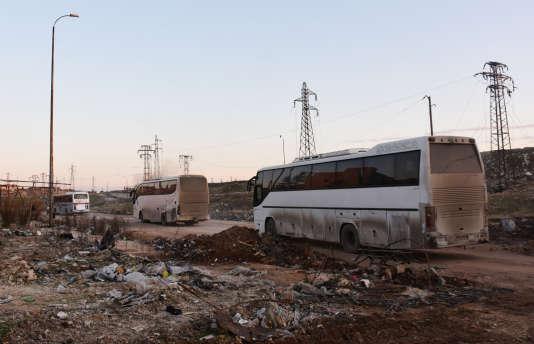 Des bus dans le sud d'Alep, le 18 décembre 2016, au cours d'une opération d'évacuation des rebelles et des civils encore retenus dans la dernière poche contrôlée par les rebelles.