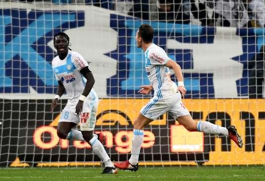 Florian Thauvin et Bafé Gomis sont les deux buteurs du jour pour l'OM, désormais sixième de Ligue 1.