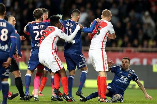 Valbuena à terre, après un coup infligé par Kamil Glik.