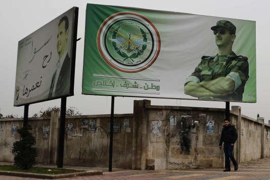 «Quand, dans son jargon, l'ONU se dit aujourd'hui «préoccupée» par le sort de plusieurs centaines d'hommes d'Alep faits prisonniers par les forces d'Assad, la traduction de ce qu'elle admet est que les hommes viennent d'être exécutés» (Photo: affiche montrant le portrait du président syrien Bashar Al-Assad et le slogan«Patrie, honneur, fidélité. Nous le construirons ensemble» à Alep le 5 décembre).