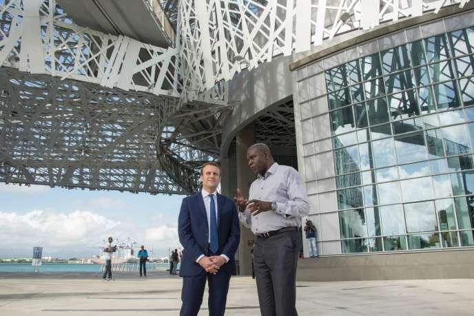 Emmanuel Macron et Jacques Martial, devant le Centre caribéen d'expressions et de mémoire de la traite et de l'esclavage, à Pointe-à-Pitre (Guadeloupe), le 17 décembre.