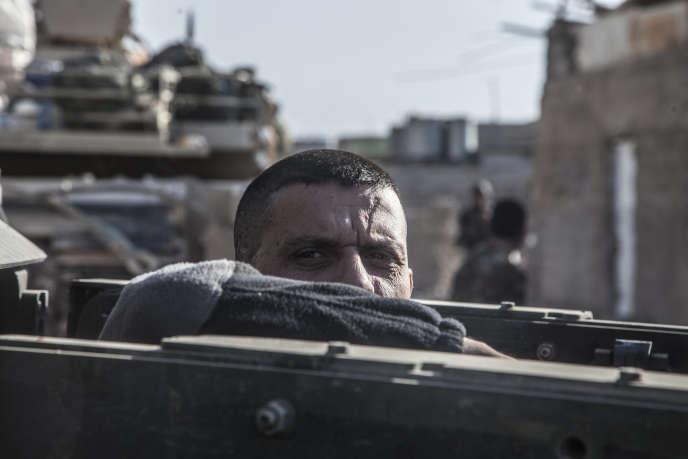 Le major Salam, commandant des forces antiterroristes irakiennes, dans le quartier Saddam, à Mossoul, le 6 novembre 2016.
