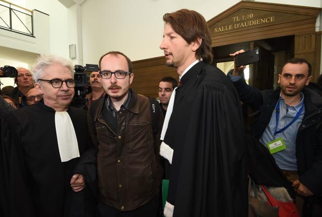 Antoine Deltour (au centre) et ses avocats, en avril.