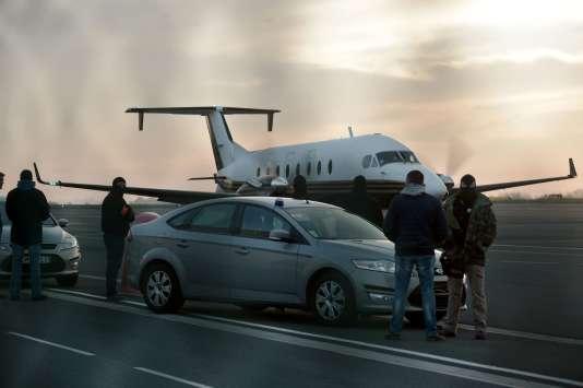 Des policiers français à l'aéroport de Biarritz, le 19 décembre, lors du transfèrement des cinq personnes interpellées à Louhossoa.