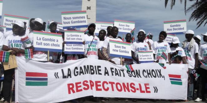 Manifestation de Gambiens à Dakar samedi 17 décembre 2016 après le refus du président Yahya Jammeh de reconnaître sa défaite à l'élection du 1er décembre.