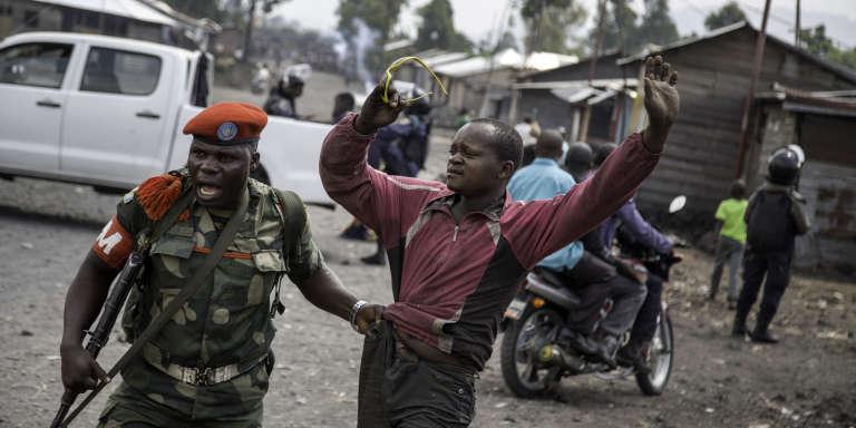 Un homme est arrêté par la police militaire dans la banlieue de Goma, en RDC, le 19 décembre 2016 après que des hommes se soient rassemblés pour bloquer une route.