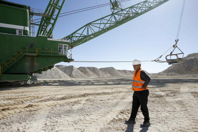 Exploitée par l'Office chérifien des phosphates, la mine de Boucraâ est située à une centaine de kilomètres au sud-ouest de Laâyoune, dans le territoire contesté du Sahara occidental.