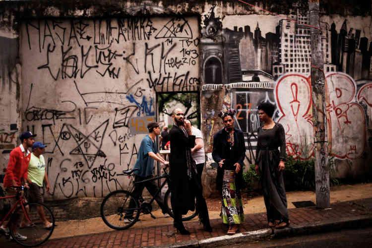 Fernanda, Rodrigo et Teflon, devant l'entrée du bâtiment squatté.