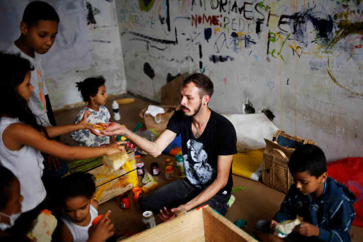 Jorge, 31 ans, enseigne le dessin à des enfants.
