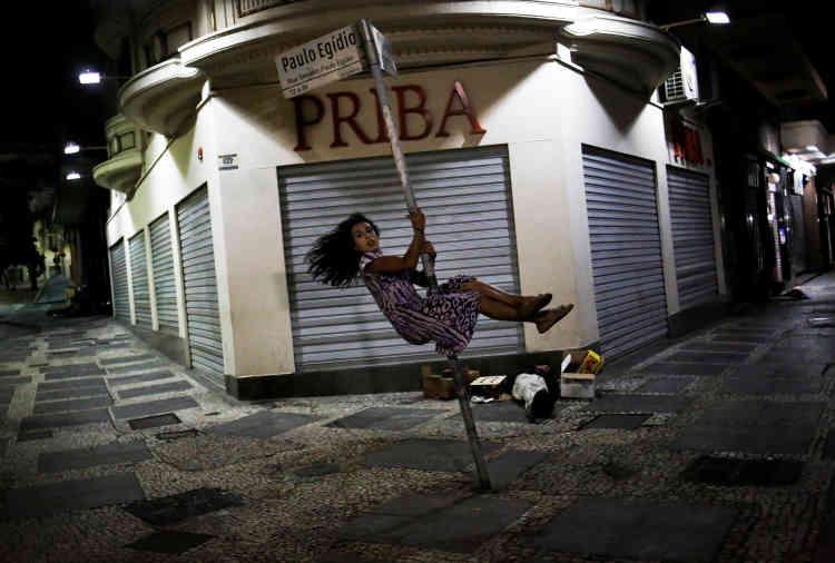 Safira, 25 ans, membre de la communauté LGBT qui a été invitée par le Front de lutte pour le logement (FLM) à occuper l'ancien siège de la sécurité sociale brésilienne, en plein centre-ville de Sao Paulo.