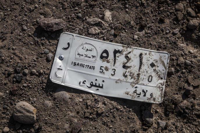 Une plaque d'immatriculation imprimée «Etat Islamique» retrouvéedans le quartier Saddam, à Mossoul, le 6 novembre.