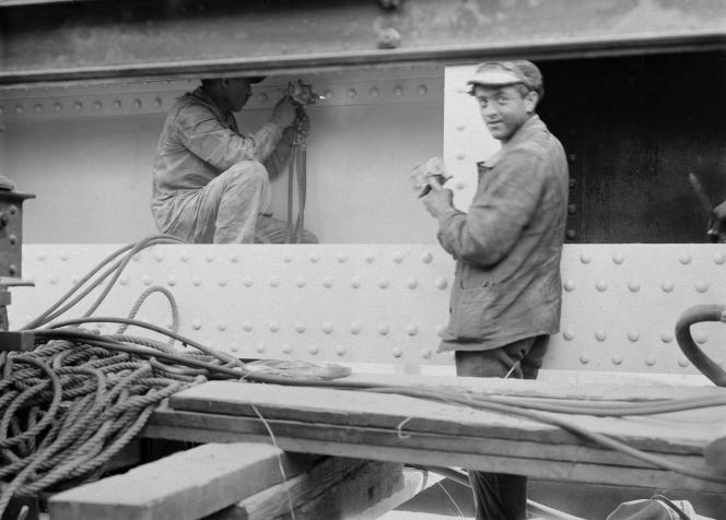 «Issu de la grande bourgeoisie libérale et dreyfusarde, Daniel Guérin fut de toutes les luttes du siècle» (Photo: ouvriers zingueurs, Paris, 1922).