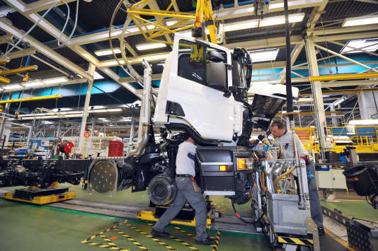 « Les cadres en production industrielle-chantier sont de moins en moins nombreux. Cette fonction comptait 15% des cadres fin 2005, contre 8% fin 2015. » (Photo: chaîne d'assemblage de camions Scania à Angers, en2013).