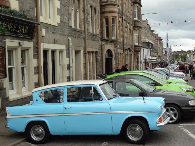 Une Ford Anglia de 1966 en livrée bicolore, bleu ciel et blanc.