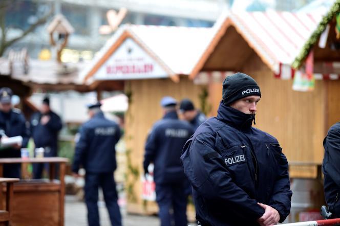 """« Contre l'idéologie islamiste de l'organisation Etat islamique et consorts et le slogan """"L'Ouest vous déteste !"""", l'Allemagne a opposé sa disposition à se montrer accueillante. Impossible de trouver un contre-message plus fort». (Photo : Patrouilles policières sur le marché de Noël de la Breitscheidplatz de Berlin le lendemain de l'attentat perpétré lundi 19 décembre)."""