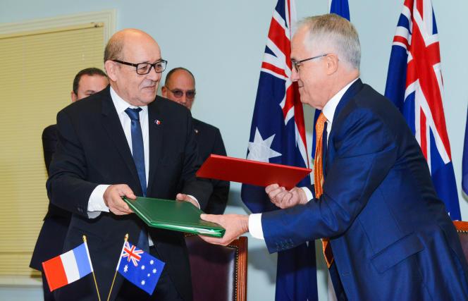 Jean-Yves Le Drian, le ministre français de la défense, Malcolm Turnbull, le premier ministre australien, le 20décembreà Adelaïde (Australie).