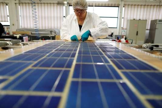 Fabrication de panneaux photovoltaïques par la société coopérative de production SNA, àTourouvre, en novembre 2016.