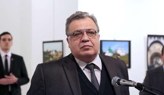 L'ambassadeur russe, Andreï Karlov, juste avant de se faire assassiner par l'homme derrière lui, Mevlüt Mert Altintas, à Ankara, le 19 décembre 2016.