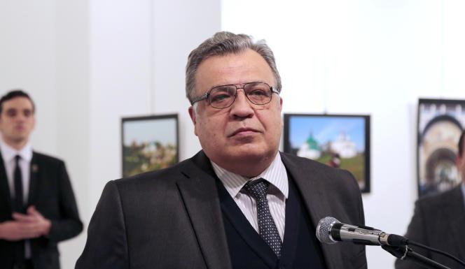 Andreï Karlov, l'ambassadeur russe en Turquie, a été assassiné le19décembre à Ankara, par l'homme situé à sa droite, qui s'était fait passer par un garde du corps.