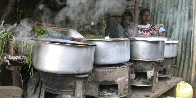 Des femmes devant leur fourneau dans le bidonville de Kibera à Nairobi au Kenya.