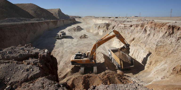 Des engins industriels sont utilisés dans la mine de phosphate de Boucraa, exploitée par l'Office chérifien des phosphates,près de Laâyoune, le 18 février 2016.